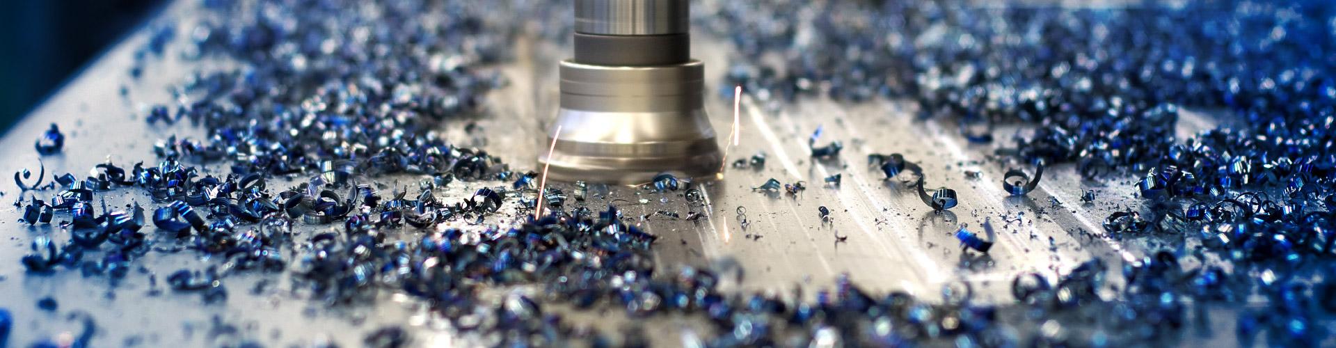 Nahaufnahme von Metallspänen und dem gefertigten Produkt
