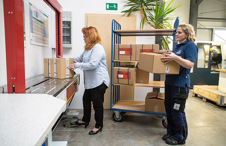 Verpackungen werden transportfertig gemacht