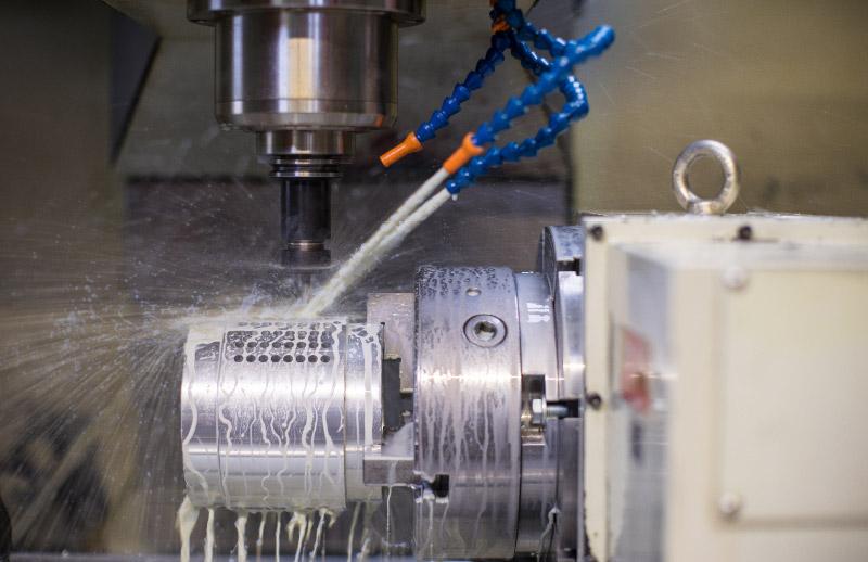 Ein angefertigtes Metallstück wird gereinigt